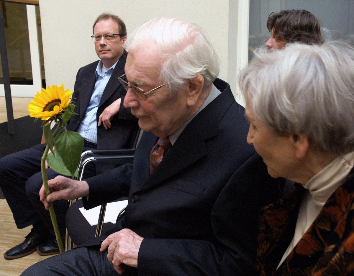 Mit Sonnenblume: Friedrich Zehm im Kulturforum Wiesbaden, Uraufführung Klarinettenquintett am 15.9.2007, mit Ehefrau Roswitha und Sohn Daniel. Ganz links: Christoph Zehm